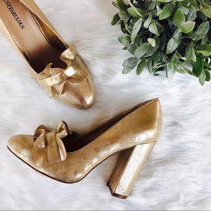 Justfab}• nwot• gold ruffled closed toe pump